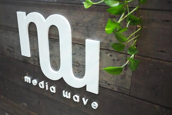 TJ mediawaveオフィス内装のロゴ