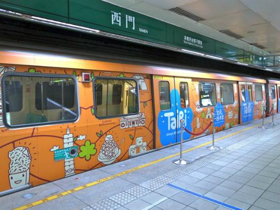 台湾でも1編成すべてがラッピングの編成を見ることができます