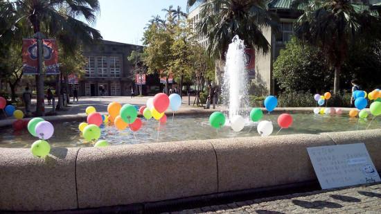 政治大学名物、誕生日に落とされる噴水です。