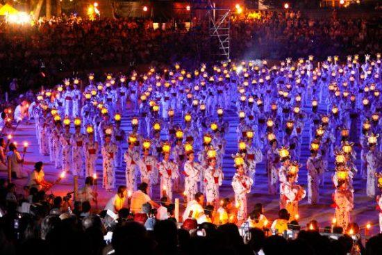 山鹿灯篭祭りの様子(引用:http://hanabi.yahoo.co.jp/detail/ac1043si187829/)