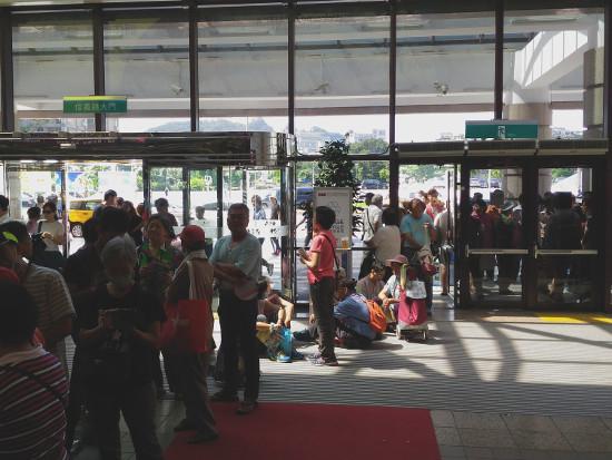 開場前の行列は会場の外にまで続いていました